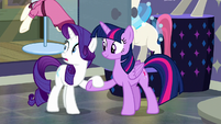 Twilight helps Rarity to her hooves S6E9