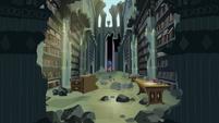 Twilight e Spike veem a biblioteca T4E03