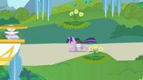 Twilight galloping through Canterlot S1E01