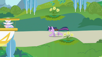 Twilight galloping through Canterlot S1E01