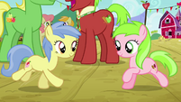 Apple Flora and Candy Caramel Tooth run toward each other S3E8