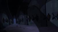 Misteriosa sombra no corredor dos cascos T4E03