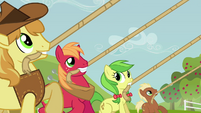 Apple family pulling on ropes S3E8