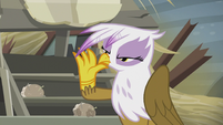 Gilda releases the scone from her hand S5E8