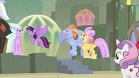 Twilight leaves with the Hippogriffs again S8E6