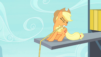 Applejack holding lasso with her teeth S4E20