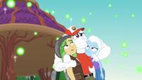 Bulk abraza a trixie y saldawood