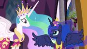 Celestia e Luna sorrindo uma para a outra T3E13