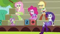 As 5 garotas e Spike com um placar '2X0' EG