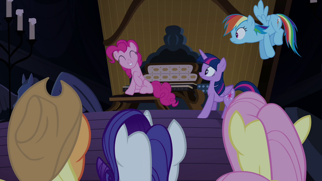 Файл:Pinkie Pie innocent grin S4E03.png