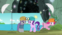 Pinkie Pie pulling out a photo backdrop S7E4