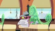 S06E16 Przebrany Spike czyta gazetę