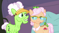 """Applesauce """"join us in some quiltin'"""" S3E8"""