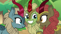 Kirin telling jokes to her friends S8E23