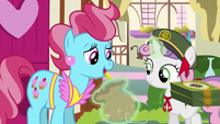 Mrs. Cake giving bits to Sweetie Belle S6E15