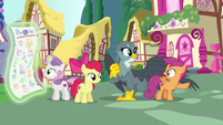 Scootaloo pointing off-screen S6E19