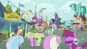 Background ponies in the market S2E23