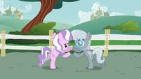 Diamond Tiara e Silver Spoon dizendo seu lema T1E12