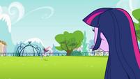 Rainbow Dash correndo com a bola EG