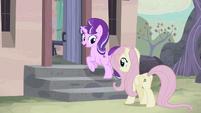 Starlight y Fluttershy caminando hacia la casa de Starlight EMC-P2