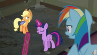 "Twilight ""sweep, sweep, sweep""s the floor as AJ and RD watches S6E9"