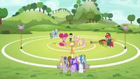 Applejack assembles unicorns on the field S6E18
