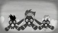 S05E15 Wonderboltsi w czarno-białej scenerii
