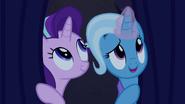 S06E06 Starlight i Trixie wyglądają zza kurtyny