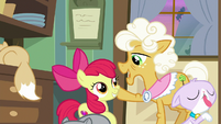 "Goldie ""y'all could use a helpin' hoof"" S9E10"