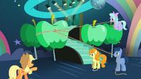 Applejack guiando a los ponis S5E24