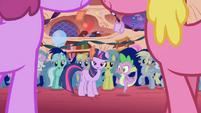 Los ponis en la nueva casa de Twilight2 S1E1