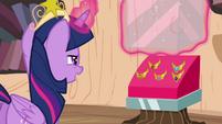S04E01 Twilight patrzy na Klejnoty Harmonii