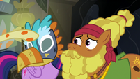 Fluttershy puts a mask on Twilight Sparkle S7E20