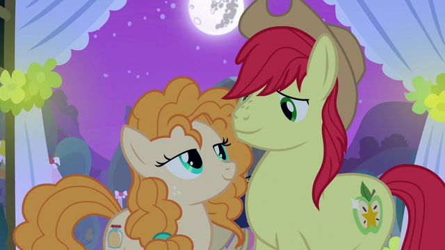File:Mac and Butter look at each other lovingly S7E13.png