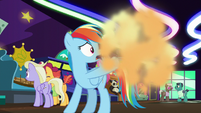 Rainbow Dash makes Applejack vision go away S8E5