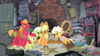 The Apples see Goldie pulling a book S4E09