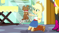 Applejack holding a clean Winona SS7