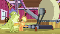 Applejack showing cider press to Sludge S8E24