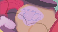Apple Bloom sees a measuring cup as her cutie mark S1E12