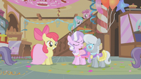 Apple Bloom smiling at Diamond Tiara and Silver Spoon S1E12