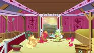 S06E23 Rodzina spędza razem czas w stodole