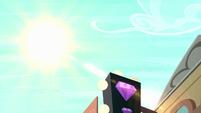 The sun shines in Manehattan S6E9