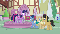 Twilight passes by Mayor Mare S03E13