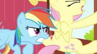 637px-Rainbow Dash struggling Fluttershy door 3 S2E21