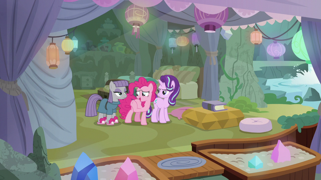 File:Pinkie about to leave Starlight and Maud alone S7E4.png