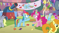Rainbow Dash pointing behind Pinkie Pie S7E23