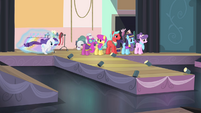Rarity rushing onto stage S4E08