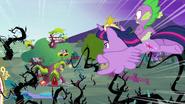 S04E01 Twilight i Spike nadlatują z zawrotną szybkością