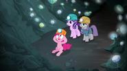 S07E04 Pinkie uwięziła siebie, Maud i Starlight w jaskini
