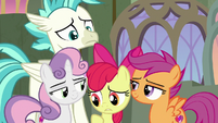Apple Bloom uncomfortable being in the middle S8E6